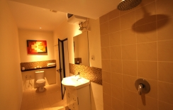 deluxe room in sanur with bath room